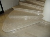 Облицовка лестницы мрамором Botticino